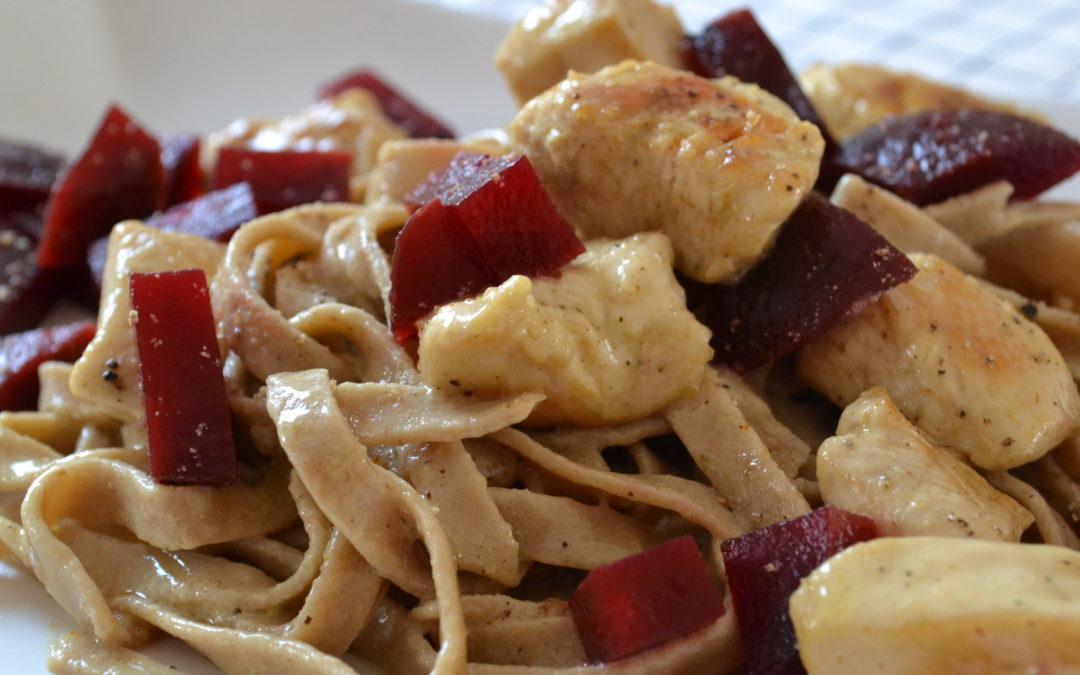 Low Carb: Eiweißnudeln mit Kokos Hühnchen und Rote Beete