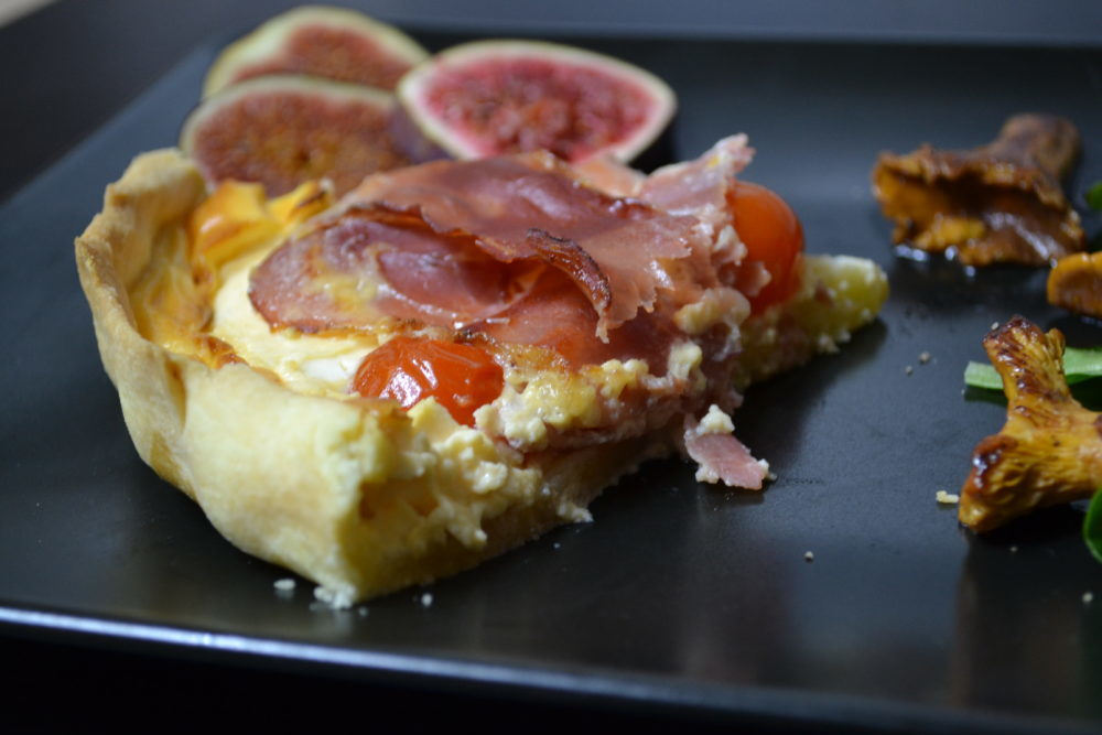 Deftige Tarte mit rohem Schinken und Tomaten